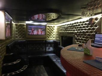 Обстановка а патибасе с техникой, мягкой мебелью и баром
