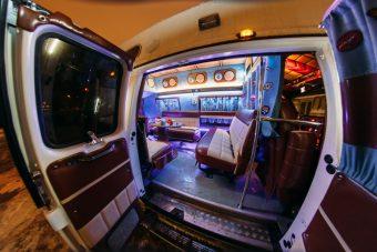 Широкий вход в автобус для вечеринки