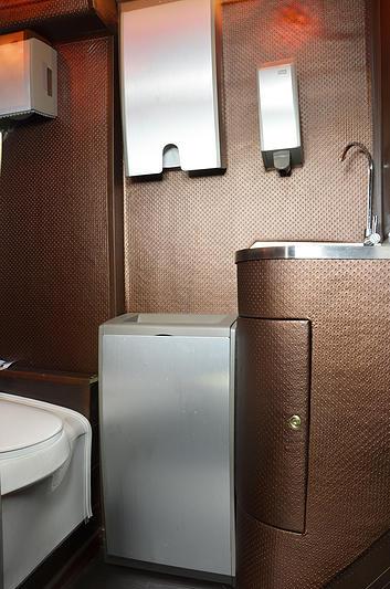 Туалетная кабина со всем необходимым оборудованием